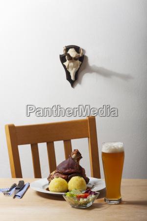 bayerische schweinshaxe auf einem tisch