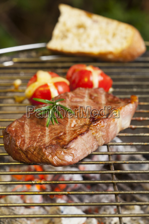 steak auf dem grill mit grilltomate