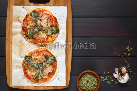 spinach and tomato pizza