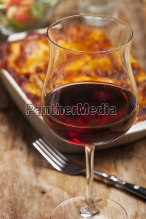 hausgemachte lasagne auf rustikalen holz