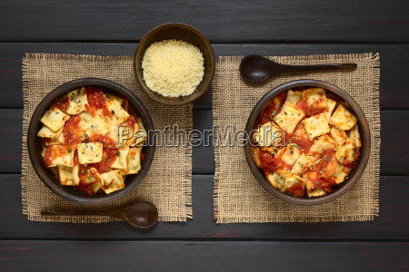 baked ravioli with tomato sauce