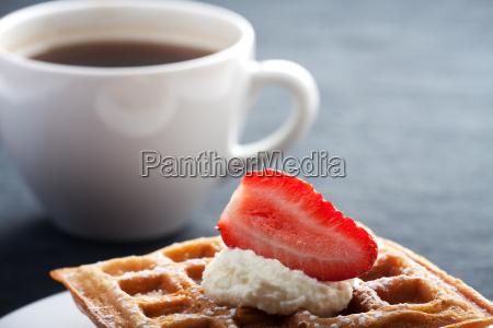 frische waffeln mit einer tasse kaffee