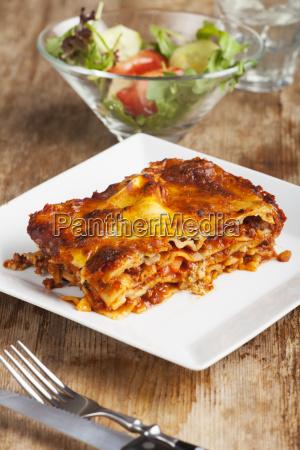 hausgemachte lasagne auf rustikalem holz