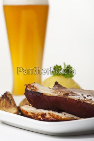 schweinbraten mit knoedel und weizen bier