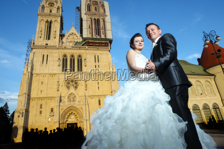 newlyweds in front of cathedral