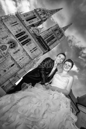 newlyweds posing in city black and