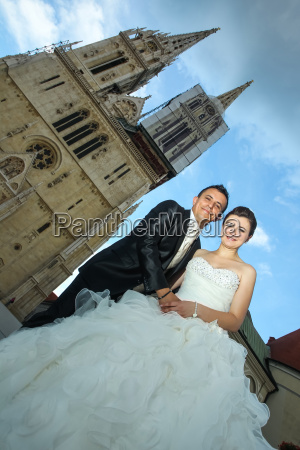 newlyweds posing in city