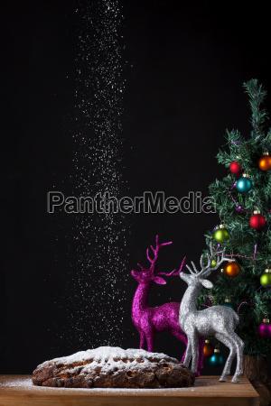 christstollen und ein kleiner weihnachtsbaum