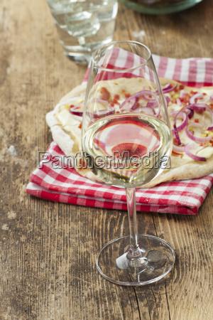 weisswein und franzoesische flammkuechen