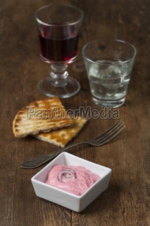 griechische taramasalata mit wein auf holz