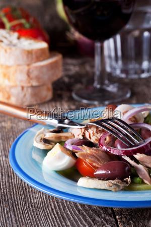 franzoesischer salat nicoise auf einem teller