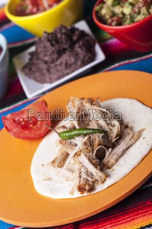 mexikanische cochinita pibil mit tortilla