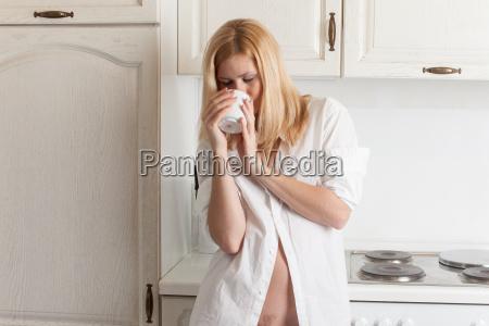 frau beim kaffee trinken
