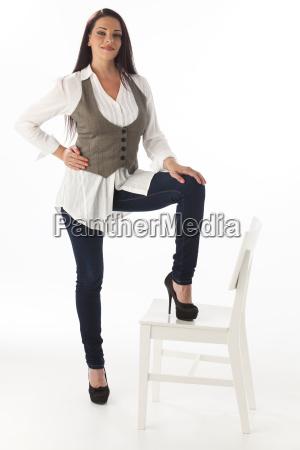 stehende frau mit einem stuhl