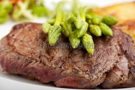 wilder spargel auf einem steak