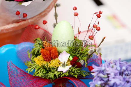 floral arrangement with easter egg