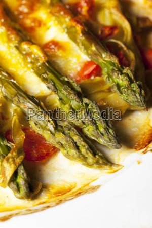 gruener spargel mit kaese ueberbacken