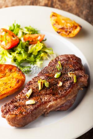 gegrilltes steak mit geroesteten kartoffeln