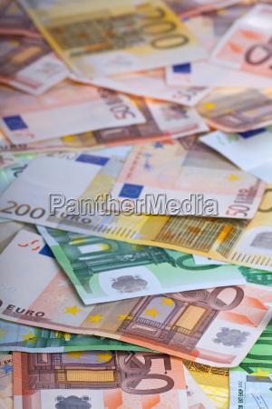 viele euros auf weiss