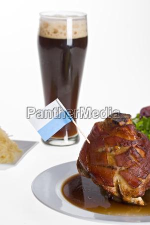 bayerische schweinshaxe mit weissbier