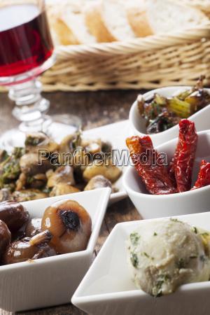 verschiedene italienische antipasti und rotwein