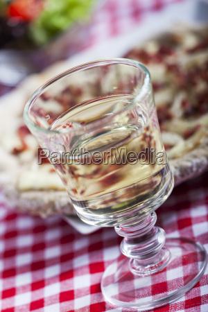 weisswein und flammkuchen