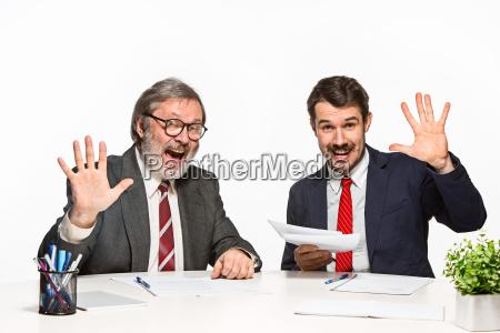 pessoas povo homem escritorio risadinha sorrisos