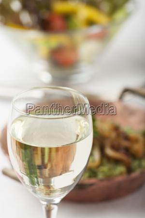 weisswein und spinatspaetzle mit salat