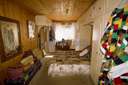 nelson mandelas modest bedroom in his