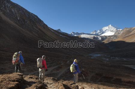 trekking towards the kagmara la pass
