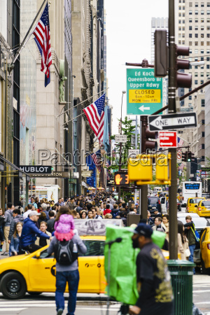 crowds of shoppers on 5th avenue