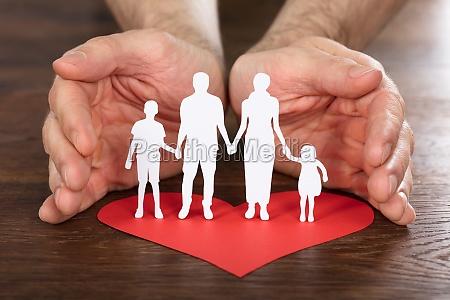 mano de la persona que protege